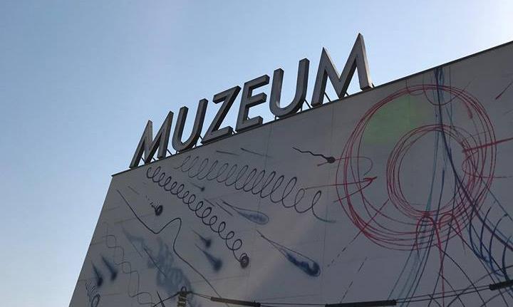 Muzeum nad Wisłą z neonem