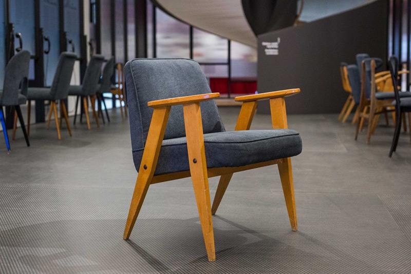 Aukcja charytatywna krzeseł i foteli z PRL-u