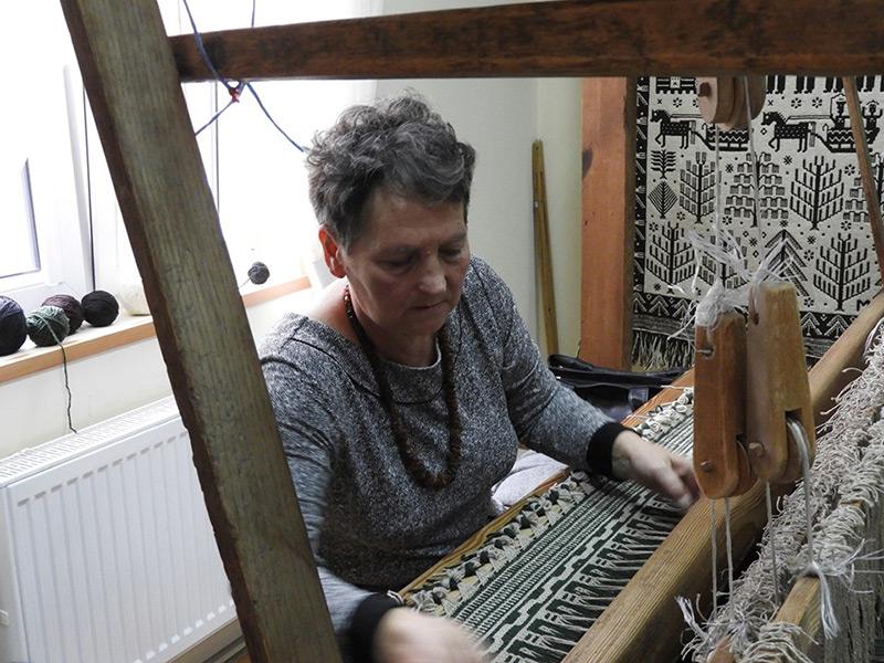 Barwny wątek w janowskiej tkaninie – wystawa Danuty Radulskiej